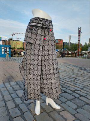 Leveälahkeiset housut mustat   byxor med vida ben